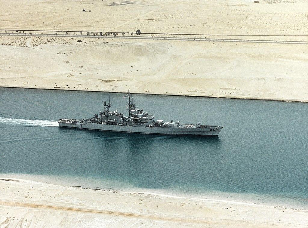 スエズ運河を航行するアメリカの原子力巡洋艦ベインブリッジ